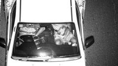 Guidatore distratto colto durante l'uso dello smartphone