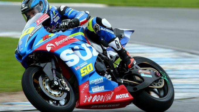 Guintoli, durante il suo anno in British Superbike, alla guida di una Suzuki GSX-R 1000 con freni a disco in acciaio