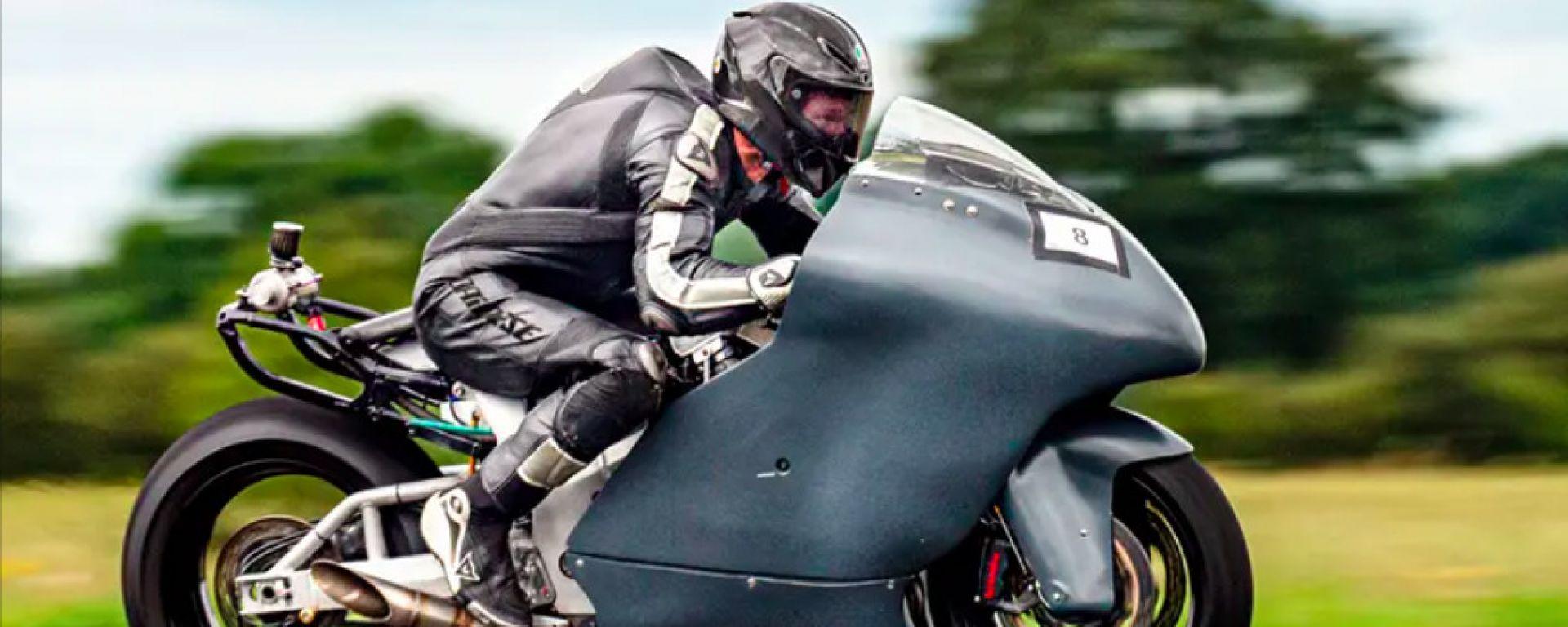 Guy Martin prende confidenza con la Suzuki Hayabusa Turbo