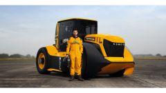 Guy Martin, veterano del Tourist Trophy, con il JCB Fastrac 800 elaborato da Williams F1