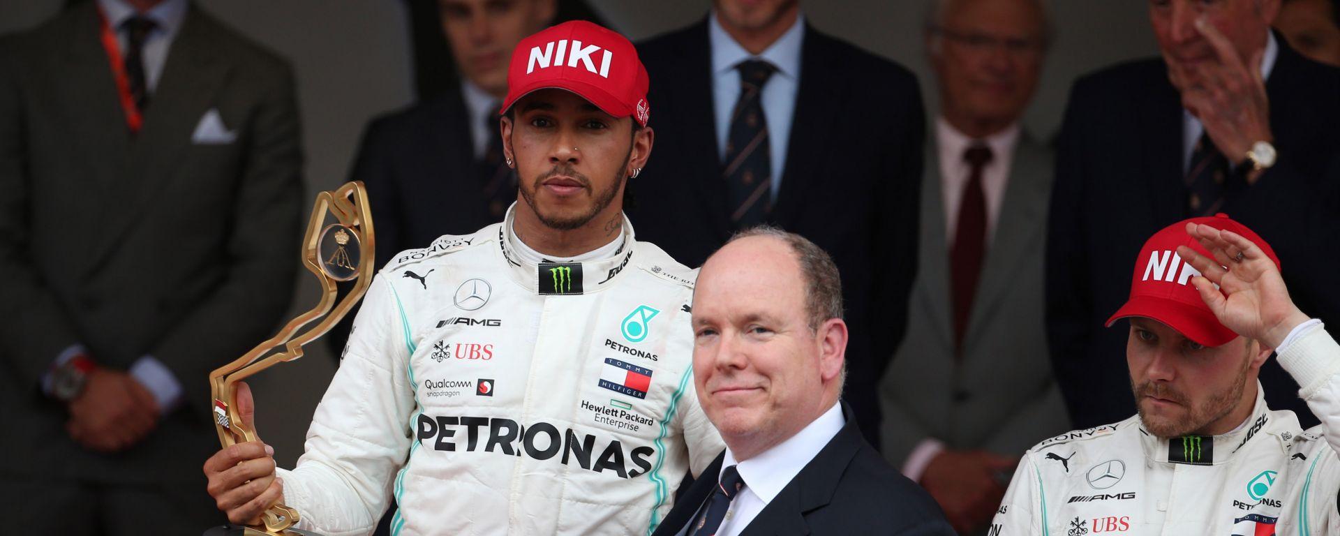 Hamilton con il trofeo del vincitore