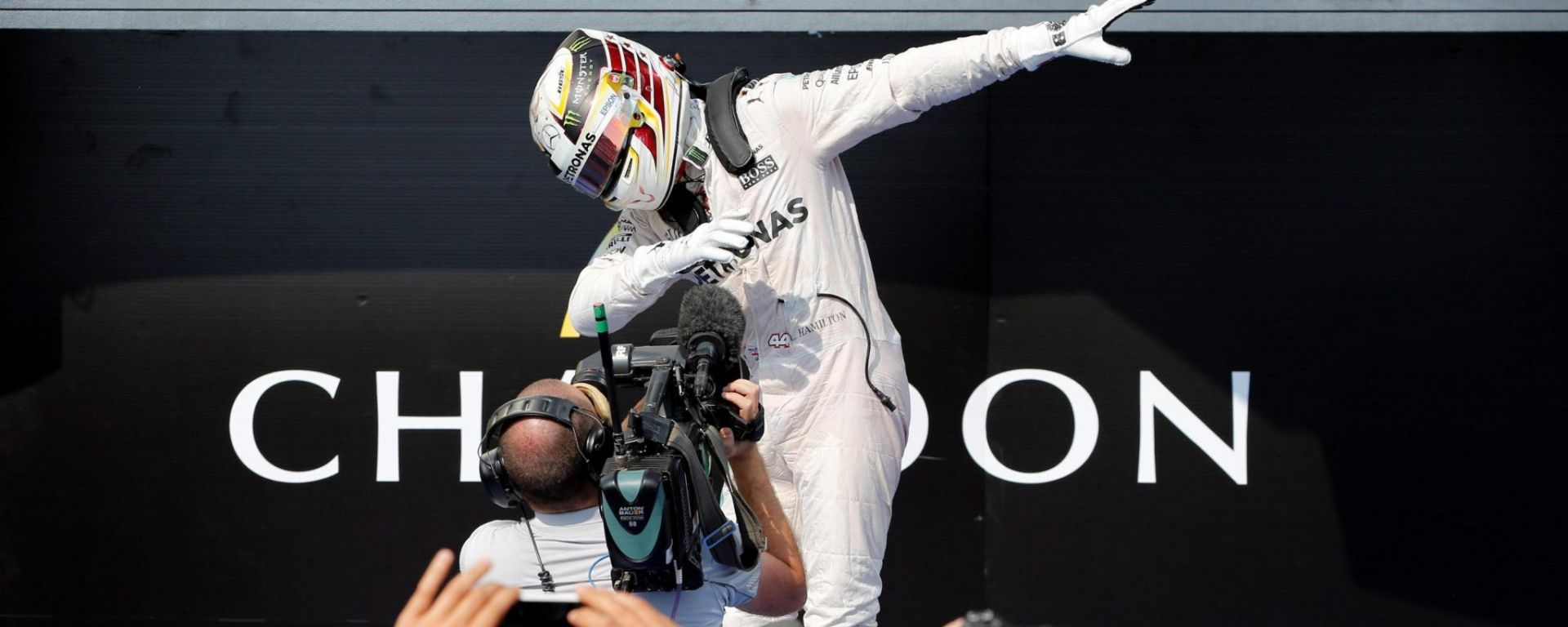 Hamilton e la sua Dumb Dance sotto il podio - GP Ungheria