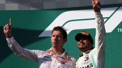 Hamilton festeggia sul podio con lo stratega Mercedes James Vowles