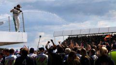 Hamilton festeggia sul podio del GP di Inghilterra