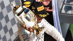 Hamilton festeggia sul podio del GP Ungheria