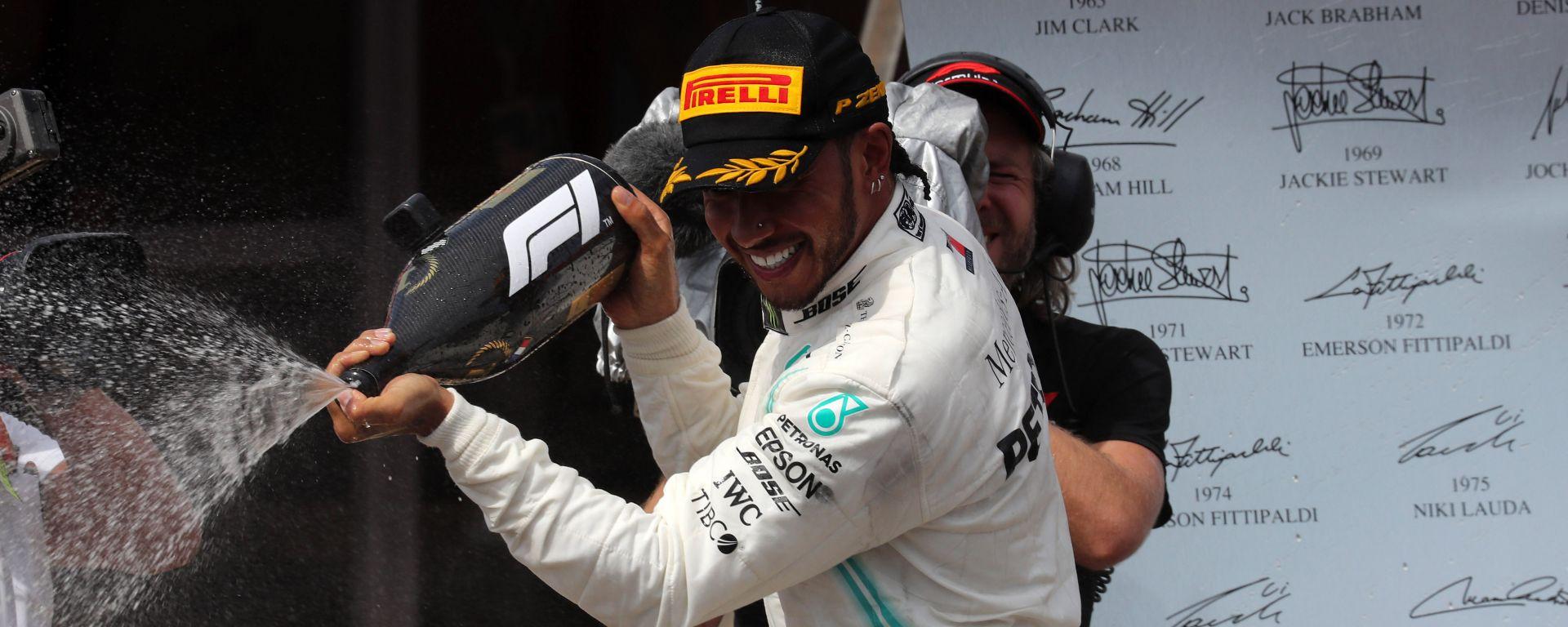Hamilton festeggia sul podio