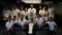 Hamilton, foto di gruppo nel box per il pilota campione del mondo F1 2019
