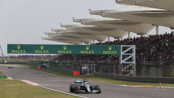 Hamilton in pista a Shangai