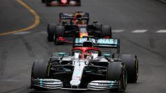 Hamilton inseguito da Verstappen