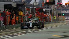 Hamilton (Mercedes) ai box del tracciato di Singapore