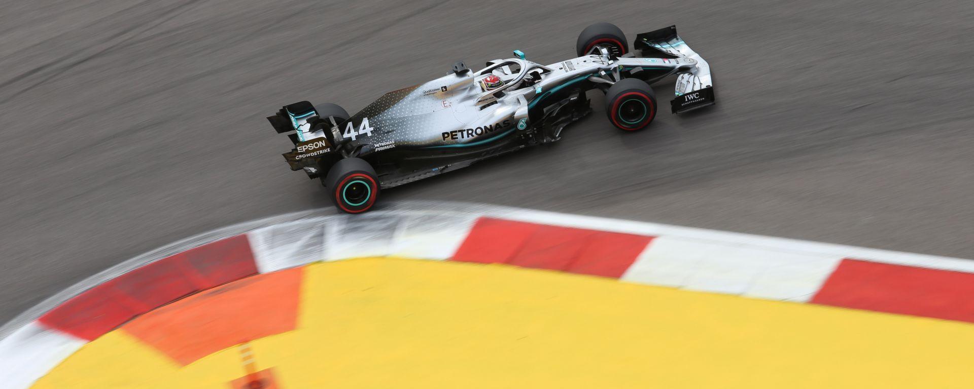 Hamilton (Mercedes) in pista nelle qualifiche a Sochi 2019