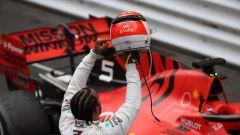 Hamilton mostra il casco con dedica a Lauda