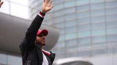 Hamilton saluta i fans