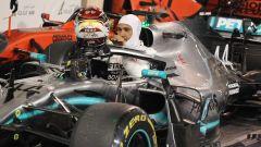 Hamilton scende dalla macchina subito dopo la bandiera a scacchi del GP Bahrain 2019