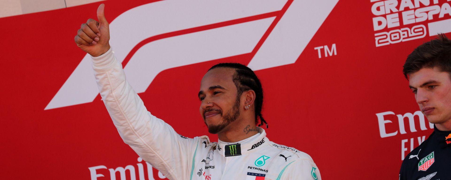 Hamilton trionfante sul podio