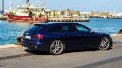Hanstholm, la Audi S6 Avant TDI quattro tiptronic 2019 nella vista di 3/4 posteriore
