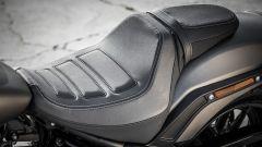 Harley Davidson Fat Bob 114 MY 2018: dettaglio della sella in doppio tessuto