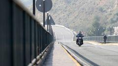 Harley-Davidson Heritage 114 Classic sul ponte che attraversa il lago di Iznajar, Spagna