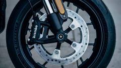 Harley-Davidson LiveWire: freno a disco da 300 mm con pinza ad attacco radiale e forcella Showa USD
