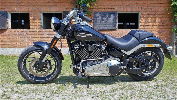 Harley Davidson Sport Glide: lato sinistro senza valigie e cupolino