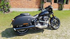 Harley Davidson Sport Glide: vista 3/4 posteriore