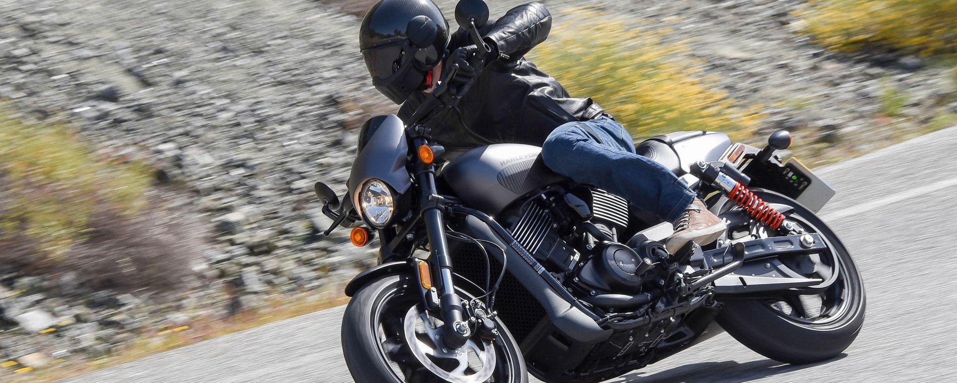 Harley-Davidson Street Rod 750, su strada diverte ma non impensierisce