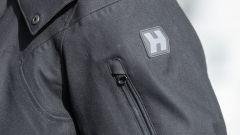 Hevik Andromeda: dettaglio logo e tasca con cerniera