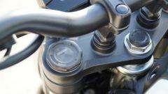 Honda CB 125R: dettaglio della forcella Showa