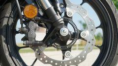 Honda CB 125R: il disco anteriore a margherita da 296 mm