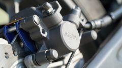 Honda CB 125R: la pinza freno posteriore Nissin