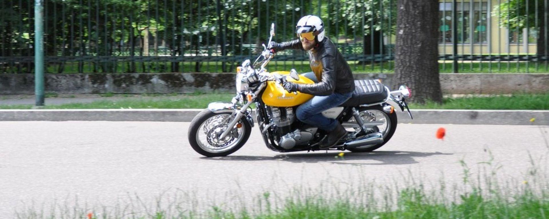 Honda CB1100 EX piega con naturalezza