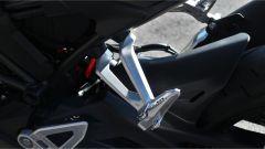 Honda CB300R 2019: le pedane con staffe in alluminio