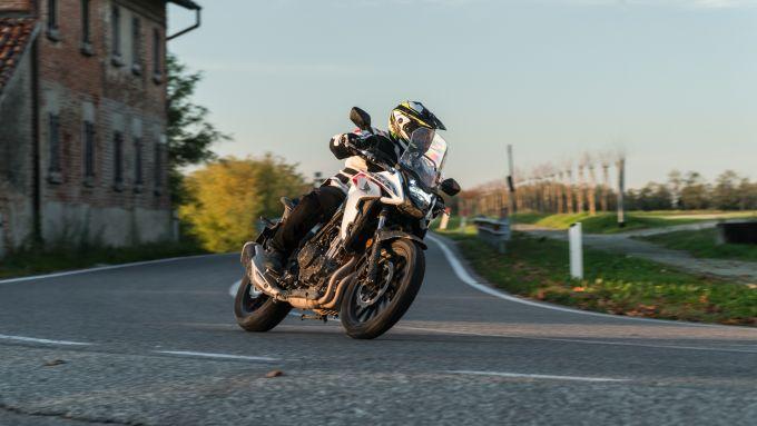 Honda CB500X 2021: si guida