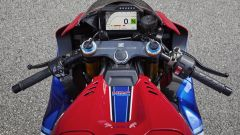 Honda CBR 1000 Fireblade 2020, un dettaglio del serbatoio e display