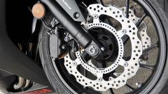 Honda CBR650F: dettaglio dei freni anteriori e della ruota fonica dell'impianto ABS