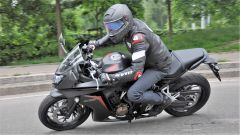 Honda CBR650F ha una posizione di guida quasi turistica