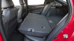 Honda Civic 5 porte 2017: il ribaltamento degli schienali forma un ripiano abbastanza uniforme