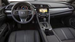 Honda Civic 5 porte 2017: la plancia è realizzata con materiali più curati che in passato