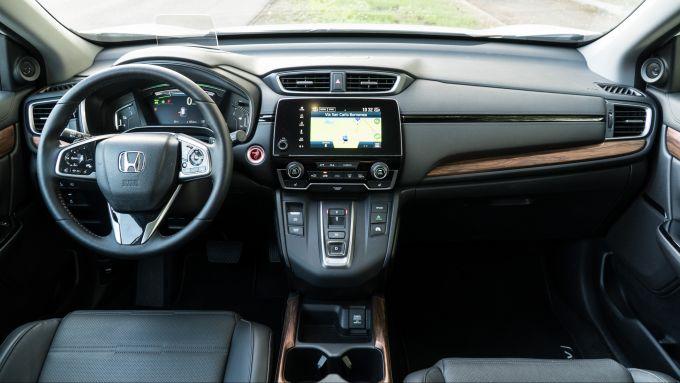 Honda CR-V Hybrid e:HEV 2021: al posto delle finiture in radica della vecchia versione (foto), ci saranno quelle silver