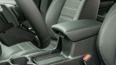 Honda CR-V Hybrid e:HEV, la paratia a L sotto al bracciolo è scorrevole e rimovibile