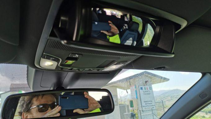 Honda CR-V Hybrid e:HEV, lo specchio a scomparsa per sorvegliare i sedili della seconda fila