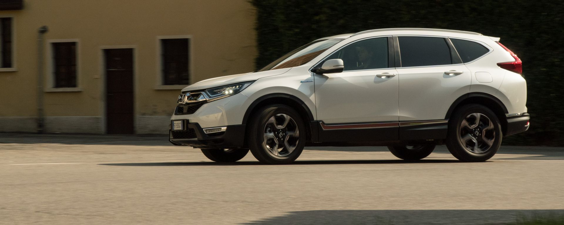 Honda CR-V Hybrid: passaggio laterale