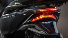 Honda Forza 300: dettaglio dei fanali posteriori