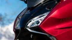 Honda Forza 750, dettaglio del faro anteriore