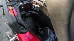 Honda Forza 750, il vano sottosella non è enorme