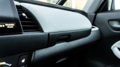 Honda Jazz 1.5 i-MMD Hybrid 2021, interni: il cassetto portaoggetti sul cruscotto