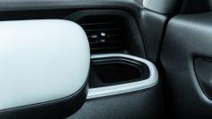 Honda Jazz 1.5 i-MMD Hybrid 2021, interni: il portabicchieri lato passeggero
