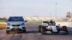 Honda Jazz Crosstar 2020 in pista accanto alla Honda da F1
