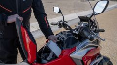 Honda NC750X 2021: il vano sotto al finto serbatoio della benzina