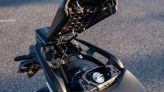 Honda NC750X 2021: il vero tappo del serbatoio è collocato sotto la sella del passeggero